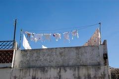 白色垂悬外面在阳台的棉花亚麻布 图库摄影