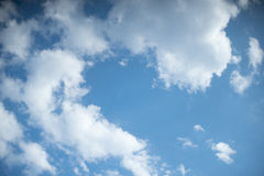 白色堆在蓝天覆盖夏日 免版税库存照片