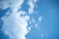 白色堆在蓝天覆盖夏日 免版税图库摄影