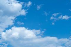 白色堆在蓝天覆盖夏日 库存图片