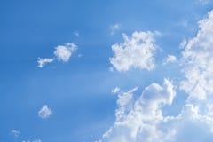 白色堆在蓝天覆盖夏日 免版税库存图片