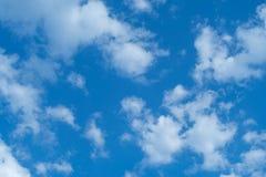 白色堆在蓝天覆盖夏日 图库摄影