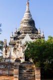 白色塔前面有树的在Bagan 图库摄影
