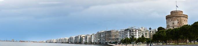 白色塔和江边全景在塞萨罗尼基 免版税库存图片
