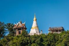 白色塔和Mondop,庄他武里,泰国 免版税库存照片