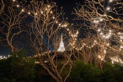 白色塔在有照明设备的Phra洛坤Khiri历史公园 免版税库存图片