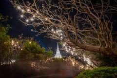 白色塔在有照明设备的Phra洛坤Khiri历史公园 库存照片