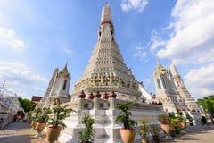 白色塔在黎明寺在Th的Ratchawararam Ratchawaramahawihan 免版税库存照片