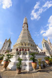 白色塔在黎明寺在Th的Ratchawararam Ratchawaramahawihan 免版税图库摄影