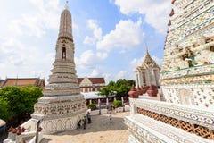 白色塔在黎明寺Ratchawararam Ratchawaramahawihan在Thailnd 库存照片