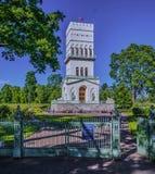 白色塔在Tsarskoe Selo亚历山大庭院 免版税库存照片