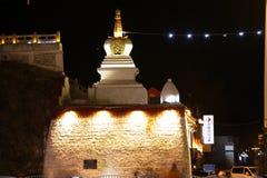 白色塔晚上场面  免版税库存图片