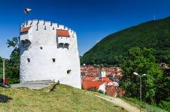 Brasov。 中世纪白色塔 免版税图库摄影