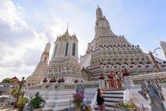 白色塔的旅客在黎明寺Ratchawararam Ratchawaramah 库存照片