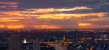 白色塔,晓寺,日落的盛大宫殿,曼谷,泰国 免版税库存照片