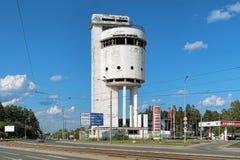 白色塔-被放弃的水塔在叶卡捷琳堡,俄罗斯 库存照片