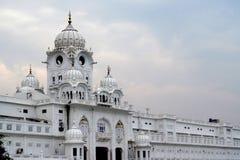 白色塔临近金黄寺庙阿姆利则,印度 库存图片