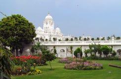 白色塔临近金黄寺庙阿姆利则,印度 免版税库存照片