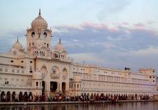 白色塔临近金黄寺庙阿姆利则,印度 免版税图库摄影