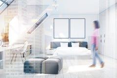 白色墙壁卧室和家庭办公室,妇女 免版税库存照片