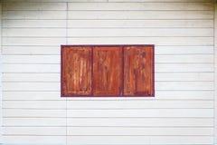 白色墙壁和木头窗口 免版税库存图片