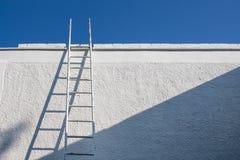 白色墙壁和梯子 库存照片