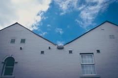 白色墙壁和窗口在中世纪欧洲房子, Obidos,葡萄牙,方形的图象里 库存图片