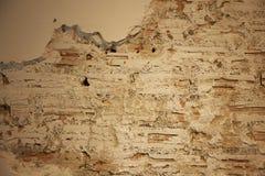 白色墙壁破裂的砖 免版税库存图片