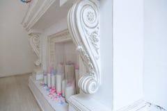 白色壁炉在一间明亮的屋子 图库摄影