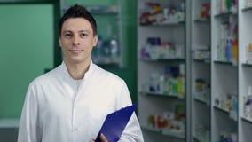 白色外套的微笑的男性药剂师在药房 影视素材