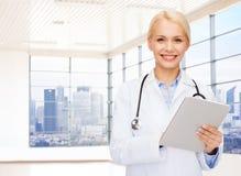 白色外套的微笑的年轻女性医生 库存照片