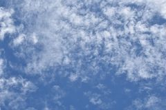 白色多云在背景的蓝天 免版税图库摄影
