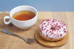 白色多福饼和茶 免版税库存照片