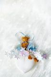 白色多雪的圣诞节装饰 免版税图库摄影