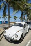 白色大众甲壳虫Fusca里约热内卢巴西 免版税库存照片