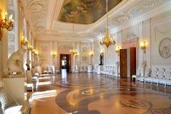 白色大厅的内部大门在春天Th的 免版税图库摄影