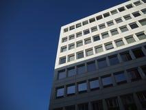 白色大厦、窗口和天空 免版税库存图片