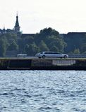 白色大型高级轿车在里加,夏时的拉脱维亚 图库摄影