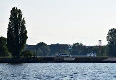 白色大型高级轿车在里加,夏时的拉脱维亚 库存图片