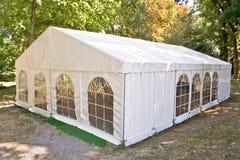 白色大帐篷在森林里 免版税库存照片