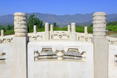 白色大理石三钻孔在东部皇家坟茔的石桥梁 免版税库存图片