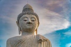 白色大理石大菩萨雕象低角度视图在h顶部的 免版税库存照片