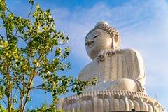 白色大理石大菩萨雕象低角度视图在h顶部的 免版税库存图片