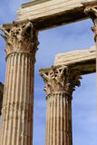 白色大理石柱朝向宙斯寺庙细节  库存图片