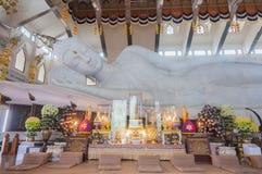 白色大理石涅磐菩萨在泰国 免版税库存照片