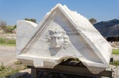 白色大理石石头刻记与妇女-一个历史对象,凯瑟里雅,以色列的一张三角面孔2015年 图库摄影
