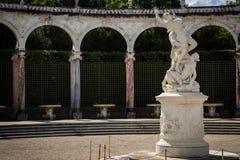 白色大理石象在绿色凡尔赛庭院里 免版税库存图片