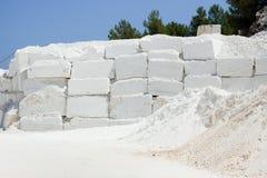 白色大理石quarrry在沿海 免版税图库摄影