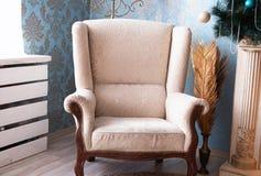 白色大经典扶手椅子 免版税图库摄影
