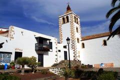白色天主教会在贝坦库里亚,西班牙 库存图片